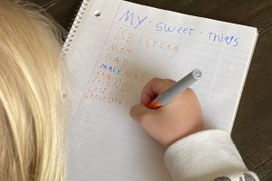 girl making blessing list